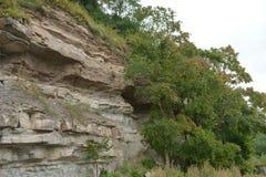 Rivage rocheux par la rivière photos libres de droits