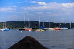 Rivages de lac Maggiore avec les usines, le soleil et les bateaux Image stock