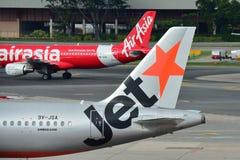Rivais Air Asia e Jetstar Ásia Airbus A320 no aeroporto de Changi Imagem de Stock