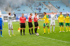 Rivales del saludo antes del juego de fútbol Imagen de archivo