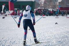 A rivalidade entre os esquiadores das mulheres compete um estilo clássico no inverno durante o campeonato do mundo fotos de stock royalty free