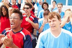 Rivalisierende Zuschauer, die Sportveranstaltungaufpassen lizenzfreies stockbild