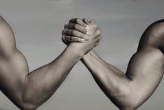Rivalitet vs, utmaning, styrkajämförelse mot armbakgrundsmän som tas brottning för två white Armbrottning, konkurrens Rivalitetbe royaltyfri bild