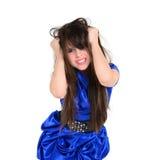 Rivande hår för emotionell ung flicka Arkivbild
