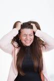 Rivande hår för frustrerad förargad kvinna ut fotografering för bildbyråer