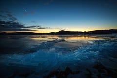 Rive congelate del lago Jonsvatnet in Norvegia Tempo di sera fotografia stock