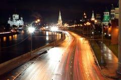 Rive de Kremlin avec des tours de Moscou Kremlin et cathédrale o Photographie stock