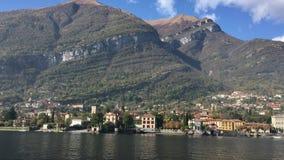 Rive del lago Como con la città e le alpi italiane nel fondo video d archivio