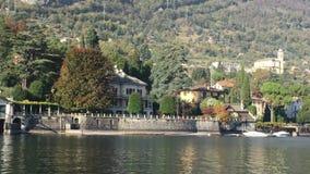 Rive del lago Como con la città e le alpi italiane nel fondo archivi video
