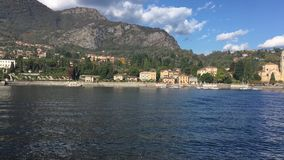 Rive del lago Como con la città e le alpi italiane nel fondo stock footage