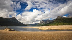 Rive del lago Gjevilvatnet, montagne di Trollheimen, Norvegia fotografie stock