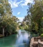 Rive di Jordan River al sito battesimale, Israele immagine stock