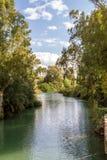 Rive di Jordan River al sito battesimale, Israele fotografia stock