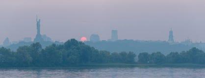 Rive droite sur la rivière de Dnieper à la ville de Kiev Horizon de Kiev Photographie stock libre de droits