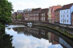 Rive près de pont de Fye, rivière Wensum, Norwich, Angleterre images stock