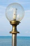 Riveli la lampada alla riva di mare. Immagine Stock