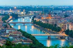 River Adige och broar i Verona på natten, Italien Royaltyfri Bild