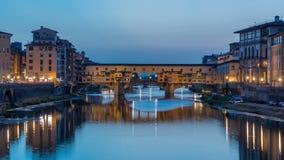 River Arno e dia famoso de Ponte Vecchio da ponte ao timelapse da noite após o por do sol do alle Grazie de Ponte em Florença video estoque