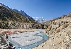 River Valley cerca de Manang en Nepal Foto de archivo