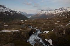 River Valley con le montagne nel paesaggio dell'Islanda del fondo fotografie stock