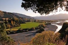 River Valley nel paese della collina al crepuscolo Fotografia Stock