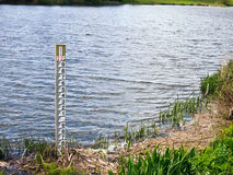River Water Level Gauge. Vertical water level gauge pole near the bank of a wide river. Jubilee River, near Taplow, Buckinghamshire, England stock photos