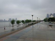 Riverbank πριν από το downpore στοκ εικόνα