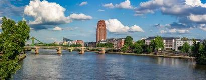 Riverbank το καλοκαίρι με το μπλε ουρανό και τα άσπρα σύννεφα Στοκ φωτογραφίες με δικαίωμα ελεύθερης χρήσης