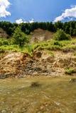 Riverbank auf dem Fluss, der Zeichen der Bankabnutzung zeigt Stockfotos