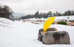 Riverbank coberto de neve em Kamogawa em Kyoto, Japão Fotografia de Stock Royalty Free
