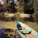 Riverbank con los barcos viejos foto de archivo
