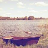 Riverbank con los barcos viejos imagenes de archivo