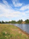 Riverbank dell'Onega in giorno pieno di sole immagine stock