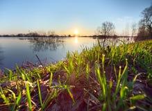 Riverbank en salida del sol imagen de archivo