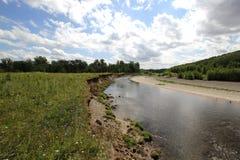 Riverbank i piękna łąka Fotografia Stock