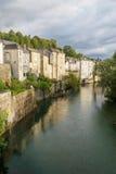 Riverbank met oude huizen Royalty-vrije Stock Foto