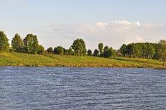 Riverbank por la tarde imagen de archivo libre de regalías