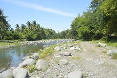 Riverbank situado em Ruparan barangay, cidade de Ruparan de Digos, Davao del Sur, Filipinas imagens de stock