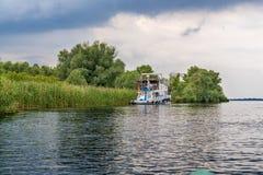 Riverbank van de de rivier en boot van Donau met toeristen Stock Afbeelding