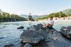 Am Riverbank von Gebirgsfluss Stockfotos