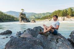 Am Riverbank von Gebirgsfluss Lizenzfreie Stockfotos