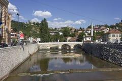 Riverbank von Milijacka-Fluss in Sarajevo Lizenzfreie Stockfotografie