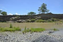 Riverbank warstwa przy Padada-Miral rzeką, Lapulabao, Hagonoy, Davao Del Sura, Filipiny fotografia royalty free