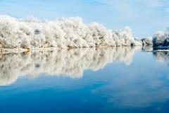 Riverbank-Winter-Landschaft Lizenzfreie Stockfotografie