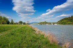 Riverbank y puente sobre el río en Piestany Imagen de archivo libre de regalías