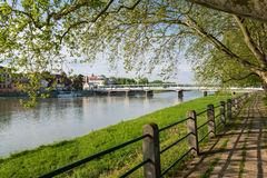 Riverbank y puente sobre el río en Piestany Fotografía de archivo