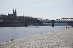 Riverbank z katedrą na stronie przeciwnej rzeka w Praga Zdjęcia Stock