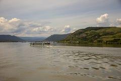 Riverboat κοντά στις υδροηλεκτρικές εγκαταστάσεις πυλών σιδήρου στοκ φωτογραφίες με δικαίωμα ελεύθερης χρήσης