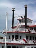 Riverboat op het water Stock Afbeelding