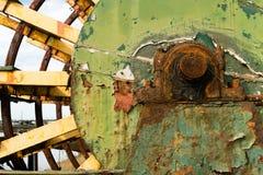 Riverboat pensionato ruota a pale arrugginito immagine stock libera da diritti
